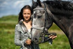 Muchacha adolescente con el caballo Fotos de archivo