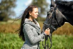 Muchacha adolescente con el caballo Foto de archivo libre de regalías