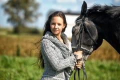 Muchacha adolescente con el caballo Imágenes de archivo libres de regalías