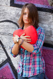 Muchacha adolescente con el corazón en al aire libre. Foto de archivo libre de regalías
