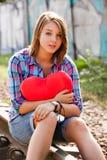 Muchacha adolescente con el corazón en al aire libre. Fotos de archivo libres de regalías