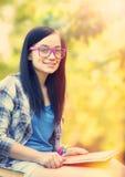 Muchacha adolescente con el cuaderno Foto de archivo libre de regalías