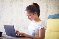 Muchacha adolescente con el cuaderno Imagenes de archivo