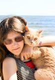 Muchacha adolescente con el gato Foto de archivo