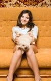 Muchacha adolescente con el gato Fotografía de archivo