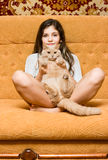 Muchacha adolescente con el gato Fotos de archivo libres de regalías
