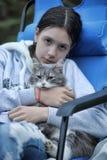 Muchacha adolescente con el gato gris Imágenes de archivo libres de regalías