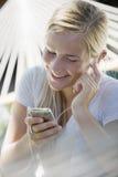 Muchacha adolescente con el jugador MP3 Fotos de archivo libres de regalías