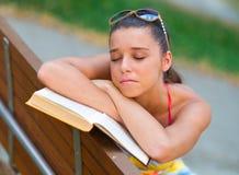 Muchacha adolescente con el libro Imagen de archivo libre de regalías