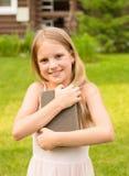 Muchacha adolescente con el libro Fotos de archivo libres de regalías