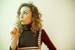 Muchacha adolescente con el Lollipop Fotos de archivo libres de regalías