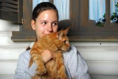Muchacha adolescente con el mapache de Maine Imágenes de archivo libres de regalías