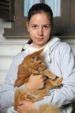 Muchacha adolescente con el mapache de Maine Imagen de archivo