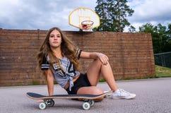 Muchacha adolescente con el monopatín Fotografía de archivo