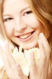 Muchacha adolescente con el narciso de la flor Foto de archivo libre de regalías