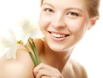 Muchacha adolescente con el narciso de la flor Foto de archivo