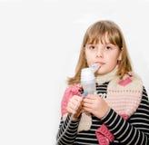 Muchacha adolescente con el nebulizador en manos Foto de archivo
