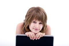 Muchacha adolescente con el ordenador Fotos de archivo