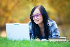 Muchacha adolescente con el ordenador portátil Imagenes de archivo