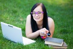 Muchacha adolescente con el ordenador portátil Foto de archivo
