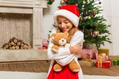 Muchacha adolescente con el oso del peluche Imagen de archivo