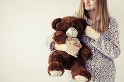 Muchacha adolescente con el oso del peluche Imagenes de archivo