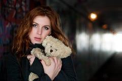 Muchacha adolescente con el oso del peluche Foto de archivo libre de regalías