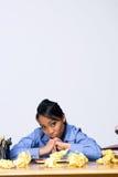 Muchacha adolescente con el papel arrugado - vertical Fotografía de archivo