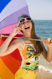 Muchacha adolescente con el paraguas en la costa Imágenes de archivo libres de regalías