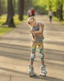 Muchacha adolescente con el patinaje lindo del peinado Imagen de archivo