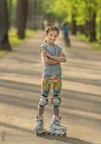 Muchacha adolescente con el patinaje lindo del peinado Imagen de archivo libre de regalías