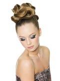 Muchacha adolescente con el peinado y el maquillaje de la manera Fotografía de archivo