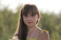 Muchacha adolescente con el pelo largo en la yarda del campo, pueblo ruso Imágenes de archivo libres de regalías