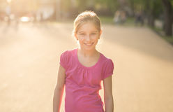 Muchacha adolescente con el pelo marrón largo en parque Imagen de archivo libre de regalías