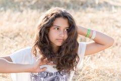 Muchacha adolescente con el pelo oscuro rizado en la naturaleza Foto de archivo libre de regalías