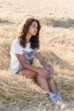 Muchacha adolescente con el pelo oscuro rizado en la naturaleza Imagenes de archivo