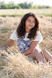 Muchacha adolescente con el pelo oscuro rizado en la naturaleza Fotos de archivo libres de regalías