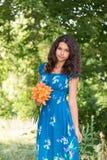 Muchacha adolescente con el pelo oscuro rizado en la naturaleza Imagen de archivo libre de regalías
