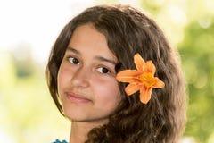 Muchacha adolescente con el pelo oscuro rizado en la naturaleza Imágenes de archivo libres de regalías