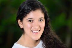Muchacha adolescente con el pelo rizado Foto de archivo libre de regalías