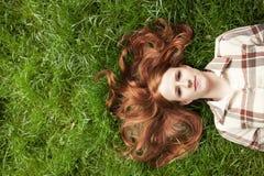 Muchacha adolescente con el pelo rojo que mira el cielo Fotografía de archivo