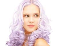Muchacha adolescente con el pelo teñido lila de moda Imágenes de archivo libres de regalías