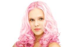 Muchacha adolescente con el pelo teñido rosa de moda Fotos de archivo