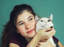 Muchacha adolescente con el pelo y el gato marrones largos Imagenes de archivo