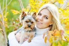 Muchacha adolescente con el pequeño perro Fotos de archivo