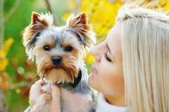 Muchacha adolescente con el pequeño perro Fotos de archivo libres de regalías