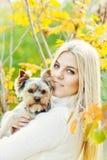 Muchacha adolescente con el pequeño perro Imagen de archivo libre de regalías