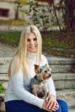 Muchacha adolescente con el pequeño perro Imágenes de archivo libres de regalías