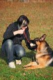Muchacha adolescente con el perro Fotos de archivo libres de regalías