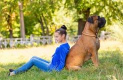 Muchacha adolescente con el perro Imágenes de archivo libres de regalías